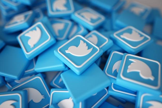 pile-of-3d-twitter-logos_1379-879